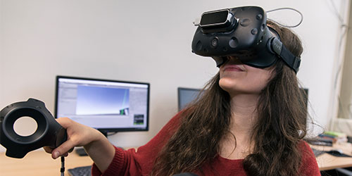 "Foto: Studentin mit einer ""Virtual Reality""-Brille"